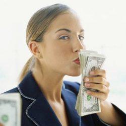 A Nő pénzzel